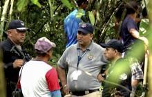 Miembros de la policía panameña y empleados del Ministerio Público cerca del sitio donde se encontró una fosa común con siete cuerpos en la región indígena de Ngabe Bugle, en la provincia de Bocas del Toro, en Panamá.