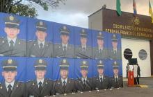 Mural con las fotografías de los policías muertos en el atentado.