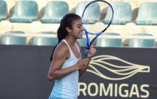 La tenista peruana Dana Guzmán, de 16 años, celebrando su título en sencillos.