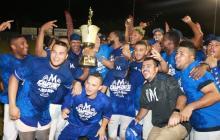 Los peloteros de Vaqueros de Montería celebran el título de la Liga Colombiana de Béisbol Profesional tras vencer a Gigantes en el estadio 18 de Junio.