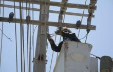 Un contratista de la empresa Electricaribe realiza trabajo en redes de energía.