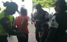 La capturada cuando era trasladada por la Policía Metropolitana de Cartagena.