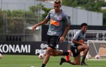 Víctor Cantillo entrenando con sus compañeros del Corinthians, previo al juego ante Ponte Petra.