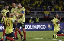 Los jugadores colombianos celebran al final del partido contra Venezuela durante su partido de fútbol del Torneo Preolímpico Sudamericano Sub-23 en el Estadio Olímpico Hernán Ramírez Villegas en Pereira.