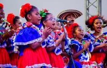 Un grupo de niñas cantan en el evento.