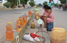 La venta de gasolina venezolana de contrabando es en plena vía pública.
