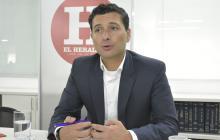 El superintendente Financiero, Jorge Castaño, en la visita a EL HERALDO.