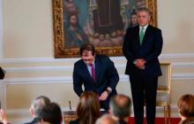 Francisco Barbosa Delgado firma el documento de posesión del cargo.