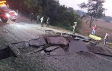 Aspecto de la vía luego del ataque explosivo por parte del Eln.