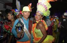 Madelayne Consuegra Rubio y Emerson Estrada Rincón, los reyes de la comparsa, antes de salir en el desfile.