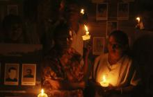 Víctimas encieden velas en honor de los masacrados de El Salado.