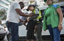 Un niño que vende dulces con su tío, en la carrera 51 con calle 85, es atendido por varios funcionarios.