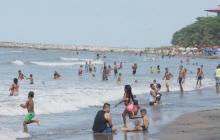 Decenas de turistas se bañan en la zona de playa del municipio de Puerto Colombia, en Atlántico.