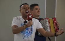 Rafael Santos y su acordeonero Julián Mojica, en la sala de redacción de EL HERALDO.