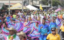 Un grupo de danzantes durante el desfile de la calle 17.