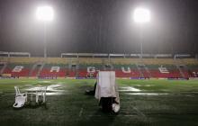 La cancha del estadio Manuel Murillo Toro terminó inundada con el aguacero que cayó sobre Ibagué. La gente abandonó sus tribunas.