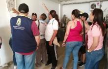 Residentes en el edificio Balcones de la Providencia escuchan a funcionarios de la Alcaldía de Cartagena.