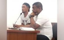 Víctor Alfonso Julio Aviña, alias el Chispi o el Tio (izquierda) junto  su abogado defensor.