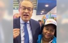 El procurador Fernando Carrillo y Juana, una de las tejedoras de Mampuján.