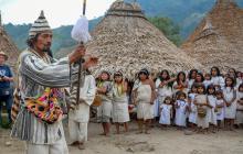 El mamo Zaleh Nulavita sostiene el Bastón de Mando durante el baile tradicional.