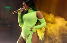 La rapera estadounidense Cardi B en uno de sus conciertos luciendo un body color neón.