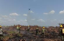 Con helicóptero tratan de apagar el fuego en la Ciénaga de Corralito, Cereté