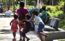 Los niños junto a su madre retornan al centro de la ciudad todos los días hacia el mediodía.