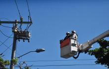 Operarios de Electricaribe en labores de revisión de redes eléctricas.
