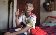 Kevin Otero desde su casa luciendo la camiseta y guayos que le dio 'Gabigol' .