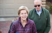 Elizabeth Warren durante la rueda de prensa en las afueras de su residencia.