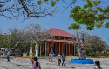 Vista de la Plaza de Puerto Colombia a mediodía. Allí, la Estación Ferrocarril ofrece una programación cultural para todo público.