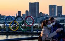 Turistas tomándose fotografías en Tokio, que se encuentra con todo preparado para los Juegos Olímpicos, pero con la amenaza latente del coronavirus.