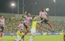 El defensa central Willer Ditta y el extremo Daniel Moreno saltan para intentar despejar una pelota aérea.
