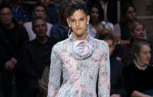 La seda y el terciopelo fueron los protagonistas de la nueva colección de Giorgio Armani, quien creó piezas y conjuntos sobrios y elegantes predominando el color negro. El prestigioso diseñador apostó por looks de noche salpicados con toques fucsia, azulados y gris perla en prendas fluidas y etéreas.