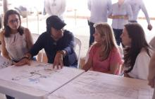 De izq a der: Lady Ospino, Ricardo Chen, Elsa Noguera, y Karen Abudinen, revisan el proyecto.