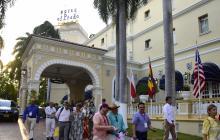 Un grupo de personas realizan un recorrido por las calles del barrio El Prado de Barranquilla.