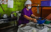 Luz Marina prepara un plato en su restaurante.