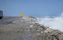 Poblaciones que estén a menos de 3 metros sobre el nivel del mar se verán seriamente afectadas. Esta imagen de la vía Barranquilla - Ciénaga en el kilómetro 19 muestra la problemática de la erosión costera.