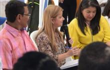 La gobernadora Elsa Noguera explica lo que será el anillo vial. La acompañan la secretaria Nury Logreira y el alcalde José Coll Cervantes.