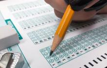 Vista de un estudiante rellenando el uno de los formulario de la Prueba Saber 11.