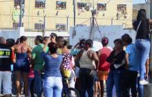 Un grupo de familiares frente a la cárcel Modelo en una reciente visita.