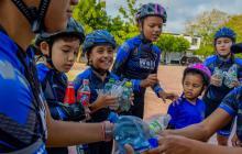 Niños y niñas de la escuela de patinaje consideran que su iniciativa ayuda a que haya un mundo mejor.