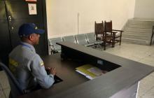 Un empleado de una empresa de seguridad privada custodia uno de los pisos del edificio de la Alcaldía vieja.
