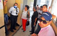 Un grupo de personas intenta ingresar a las instalaciones del Concejo de Barranquilla.