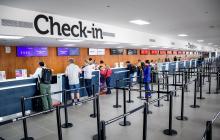 Varios usuario son atendidos en la zona de ingreso del aeropuerto Ernesto Cortissoz.