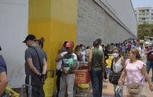 Barranquilleros hacen largas filas para comprar