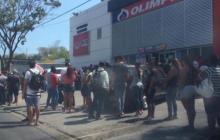 Samarios haciendo filas para compras en supermercados.