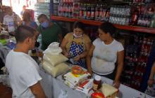 Personas comprando alimentos en un depósito del Centro de Barranquilla.