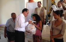 Monseñor Pablo Emiro Salas entregando una bolsa de alimentos.