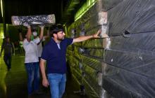 El alcalde Jaime Pumarejo inspecciona la llegada del material para habilitar el hospital de campaña en el Puerta de Oro.